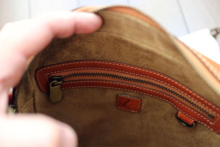 鞄の内側のジッパー付きポケット