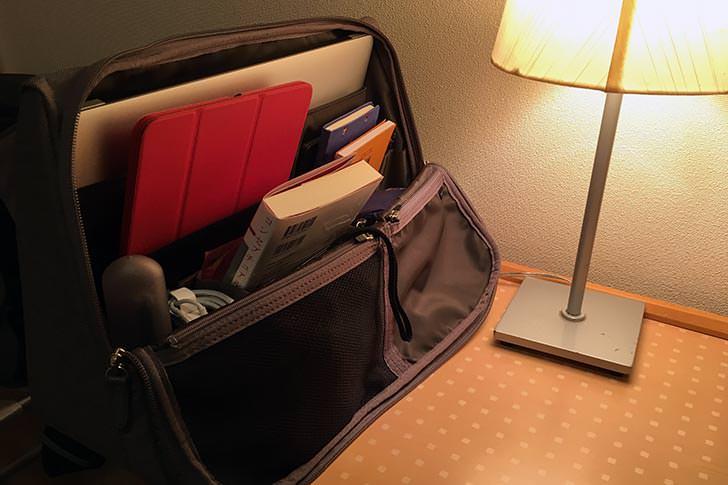 ホテルでのひらくPCバッグ