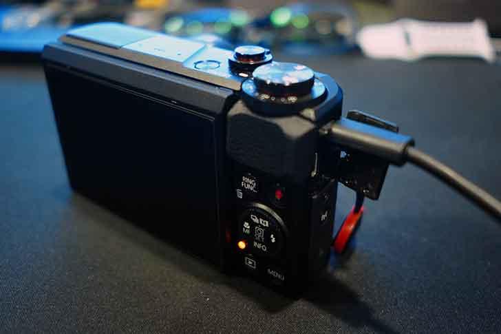Power Shot G7X mkIIをUSB充電中
