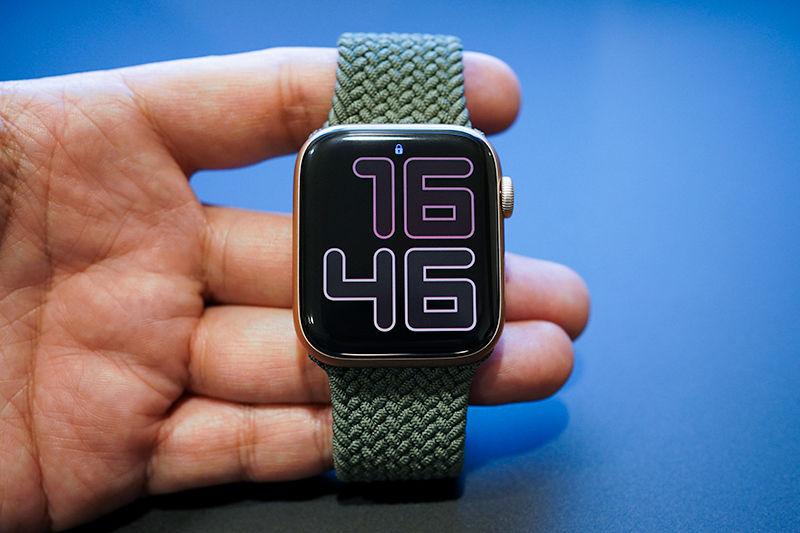 Apple Watch Series 6 とインバネスグリーンブレイデッドソロループ